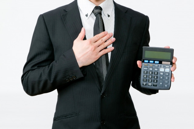 電卓を持つビジネスマン