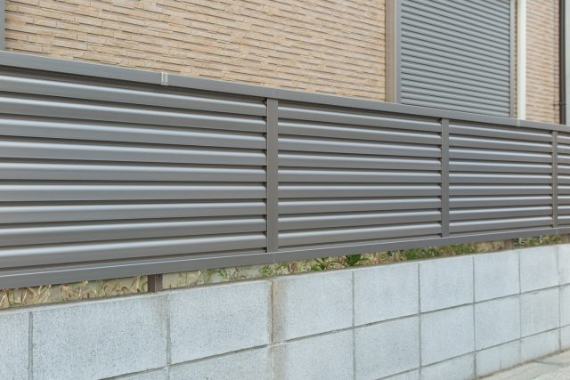 グレーのフェンス